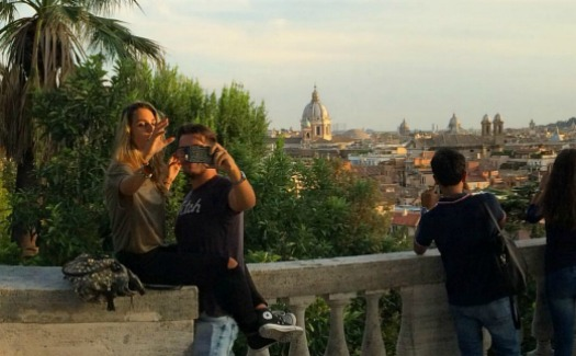 UpSticksNGo Crew, Best place for couples and romantic selfies this afternoon at villa Borghese via Flickr (CC by 2.0)