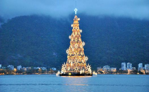 Floating Christmas tree in Rio de Janeiro (Image: leandrociuffo)